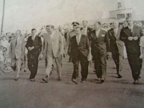 Desfile de autoridades políticas pelas ruas de Marialvano dia da posse do primeiro prefeito da cidade, Antonio Garcia Neto, em 14 de dezembro de 1952.
