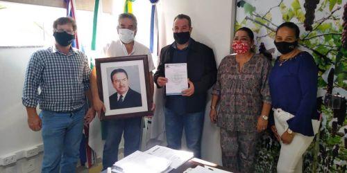 Filhos do sr. Abílio Nagib Neme com o prefeito e a vereadora Josiane Luiz da Silva