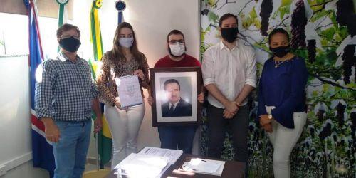 Netos do sr. Abílio Nagib Neme com o prefeito e a vereadora Josiane Luiz da Silva