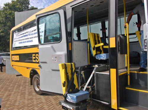 Administração de São Tomé entrega ônibus para uso escolar