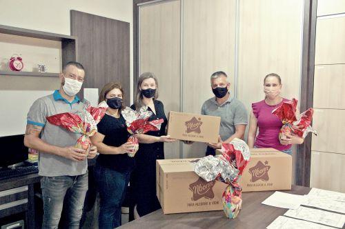 Administração  entrega ovos de páscoa para rede municipal de ensino