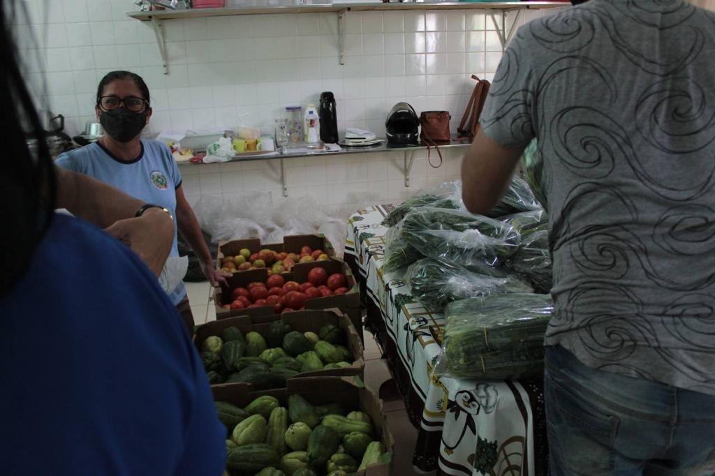 Quase 3 mil kits de alimentos da agricultura familiar são entregues às escolas municipais