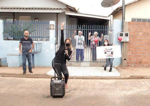 Animação total: Cati de Vilhena oferece atividades para idosos em suas casas