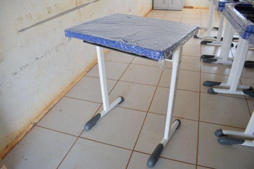 Semed equipa escola Iquezinha com novos conjuntos de mesas e cadeiras na Cooperfrutos