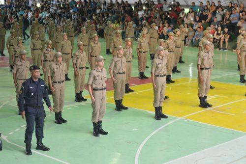 AGENTES recebem condecorações durante cerimônia: Prefeitura apoia entidade com R$ 75 mil para atender 230 crianças