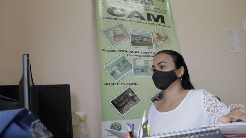 Profissionais do CAM e delegada falam em vídeos sobre combate à violência contra a mulher