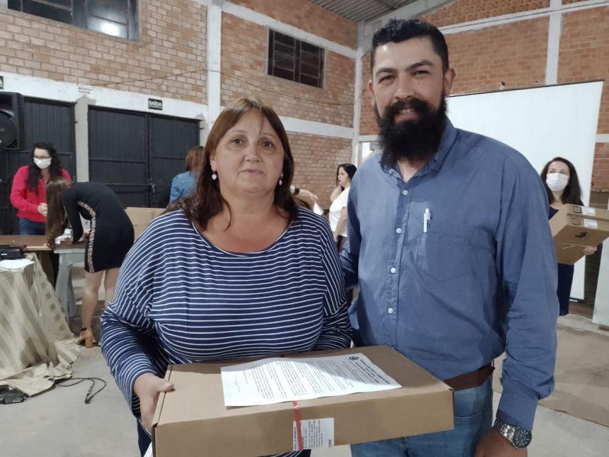 PREFEITURA REALIZA A ENTREGA DE UM NOTEBOOK PARA CADA PROFESSOR DO MUNICÍPIO