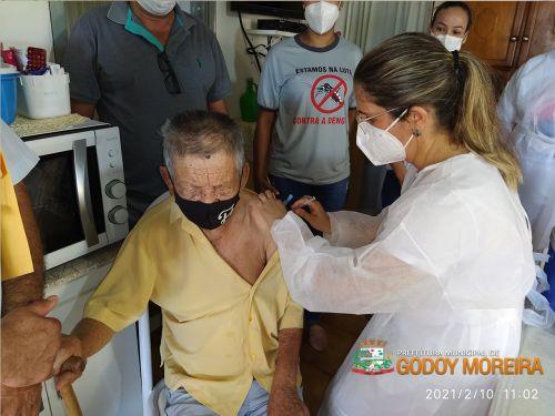 Godoy Moreira decide vacinar idosos acima de 90 anos contra Covid-19 somente em casa