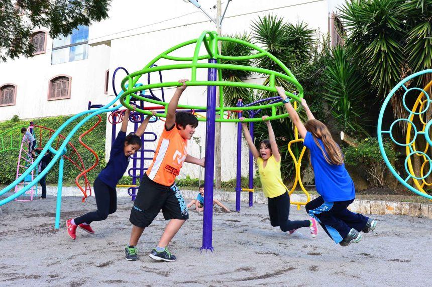 Novo playground está sendo construído em frente a quadra de esportes
