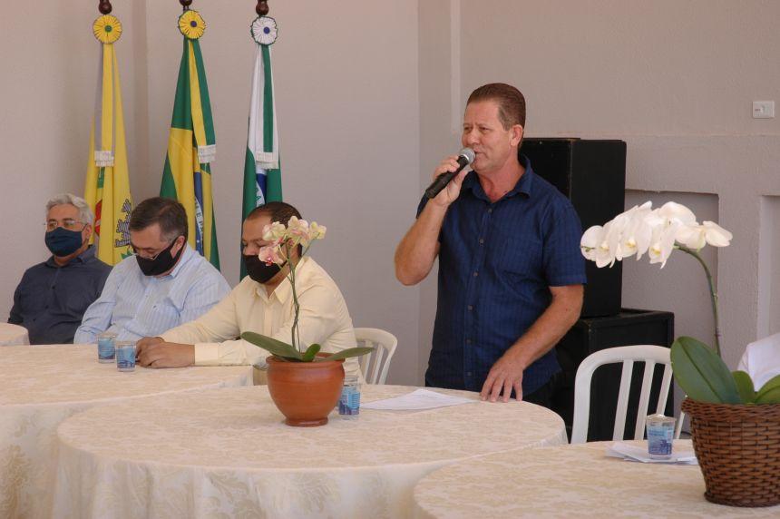 Prefeito Gera discursando na cerimônia de inauguração das obras municipais.