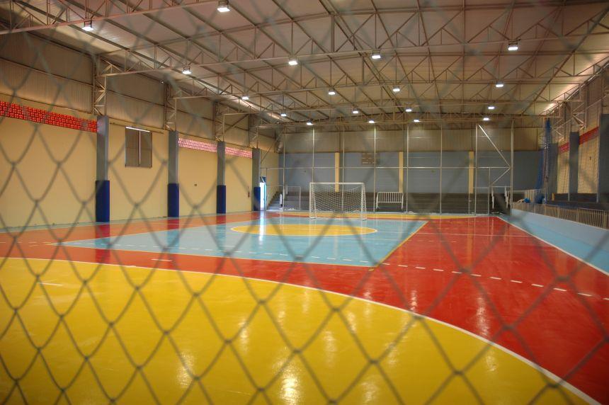 Espaço interno da quadra de esportes após passar por uma reforma e ampliação.