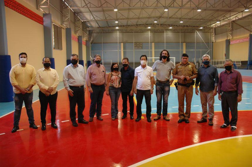 Autoridades dentro no novo espaço da quadra esportiva no município.