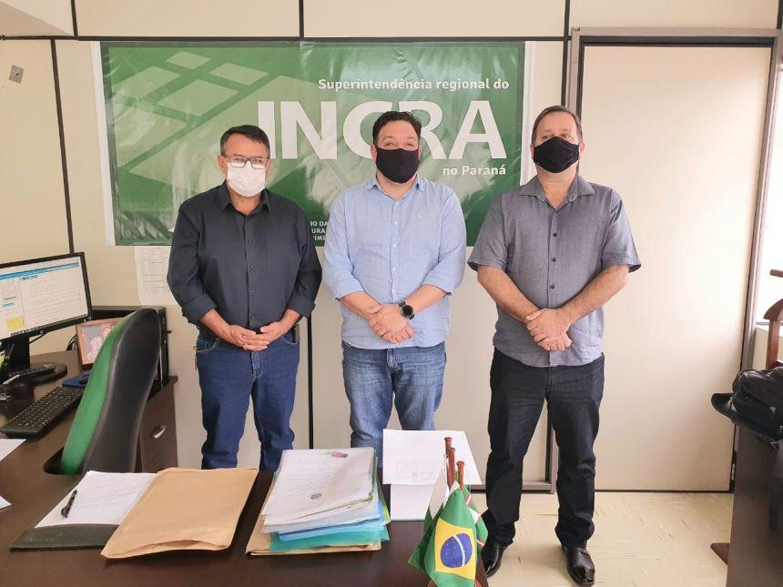 O prefeito Neno (direita), junto com o secretário municipal de Administração, Gilmar Silva (esquerda) com o superintendente regional do Incra/PR, Robson Bastos (centro)