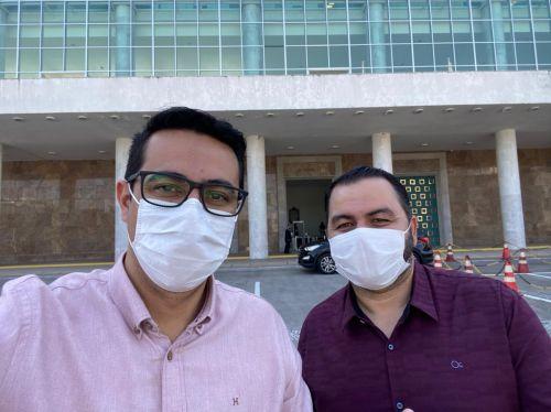 Prefeito Dr. Marcondes (direita) e seu vice, Bruno Araujo (esquerda) em Curitiba para encontro com secretários estaduais.