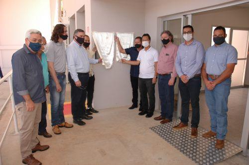 Autoridades presente para a inauguração da nova garagem municipal.