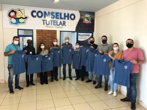 Lions Clube e APAM entregam uniformes à Conselheiros Tutelares em Pérola.