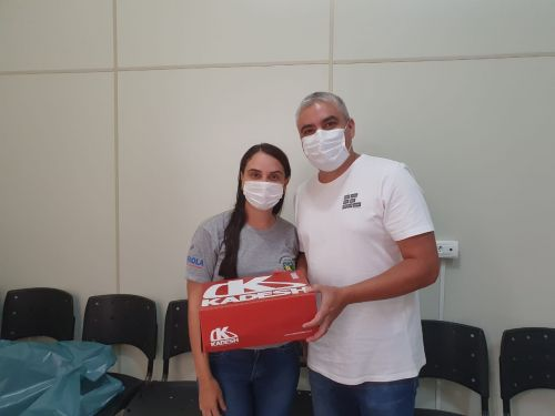 PÉROLA ENTREGA CALÇADOS PARA EQUIPE DE ENDEMIAS