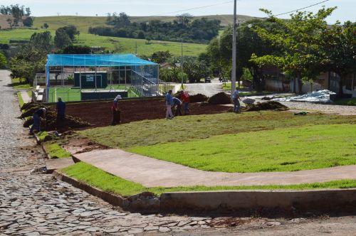 Praça da Arena Multiuso de Quinta do Sol recebe gramado