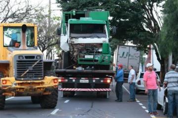 Caminhão da coleta de lixo bate em árvore e poste em Maringá