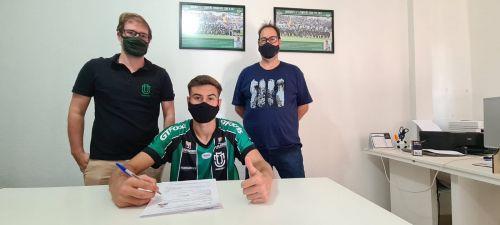 Atleta de Mandaguaçu assina seu primeiro contrato profissional com o Maringá Futebol Clube