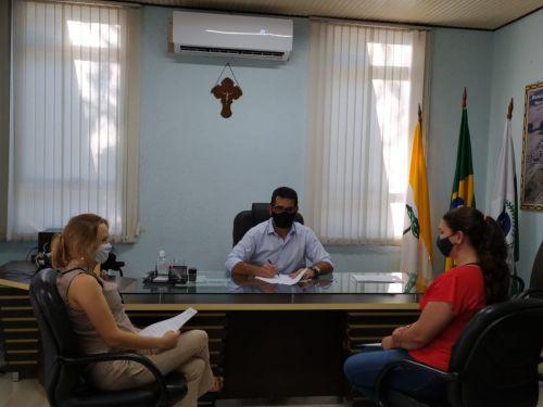 ELICEIA APARECIDA LOCHE tomou posse como auxiliar de serviços gerais e TATIANA PIMENTEL DA SILVA como enfermeira padrão