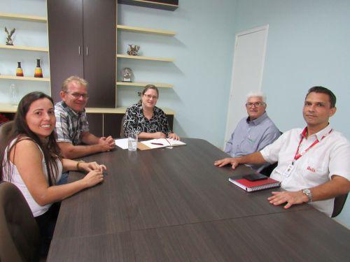 Participaram da reunião com a prefeita, Dra. Marília, o vice-presidente da Cooperativa Central Unitá, de Ubiratã, Claudemir P. Carvalho Cavalini, o supervisor Anderson Marques e a gerente local da Agência do Trabalhador