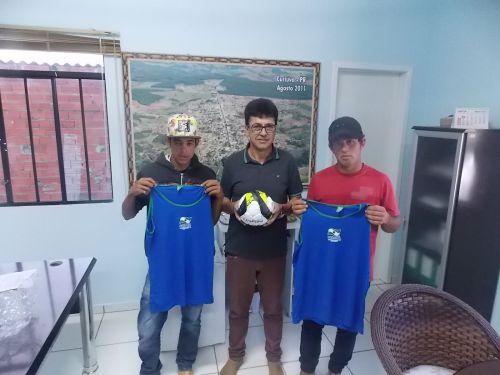 Prefeito entrega material esportivo e garante melhorias para jovens do Felisberto