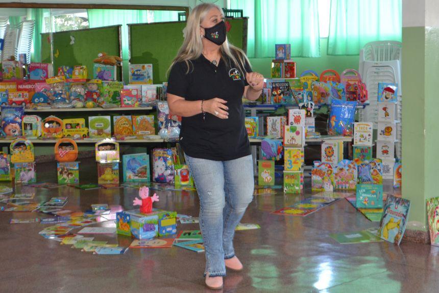 Escolas e CMEIS do município recebem mais de sete mil livros