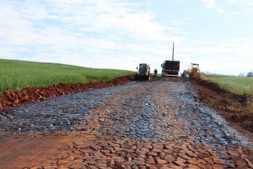 Prefeitura de Ivaiporã faz recape asfáltico em trecho de pedras irregulares do Santa Bárbara
