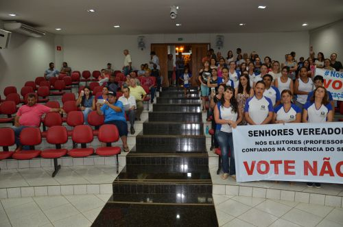 Professores pedem apoio aos vereadores e exibem faixa