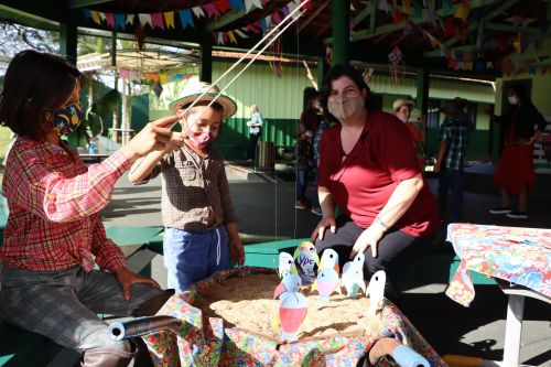 Crianças e idosos atendidos pela Assistência Social de Ivaiporã comemoram Festa Julina