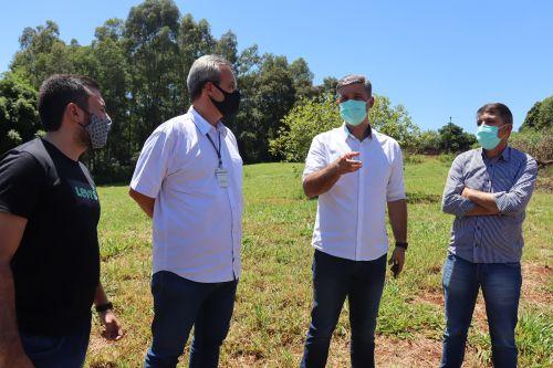 Carlos Gil e equipe da Sesa vistoriam terreno onde será implantado Ambulatório Médico de Especialidades