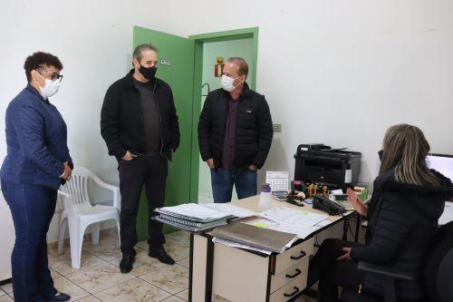 Carlos Gil e Marcelo Reis conferem obras na Secretaria Municipal de Educação de Ivaiporã e tênis dos uniformes escolares