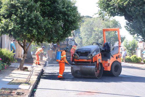 Prefeitura de Ivaiporã executa obras de asfalto nas Ruas Ceará e Felicita Rother e recape na Vila João XXIII