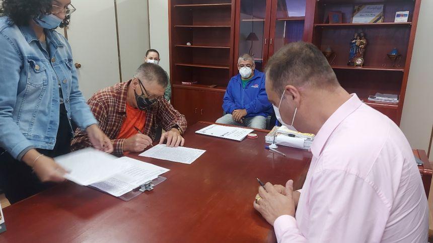 Prefeito assina escritura para compra de terreno