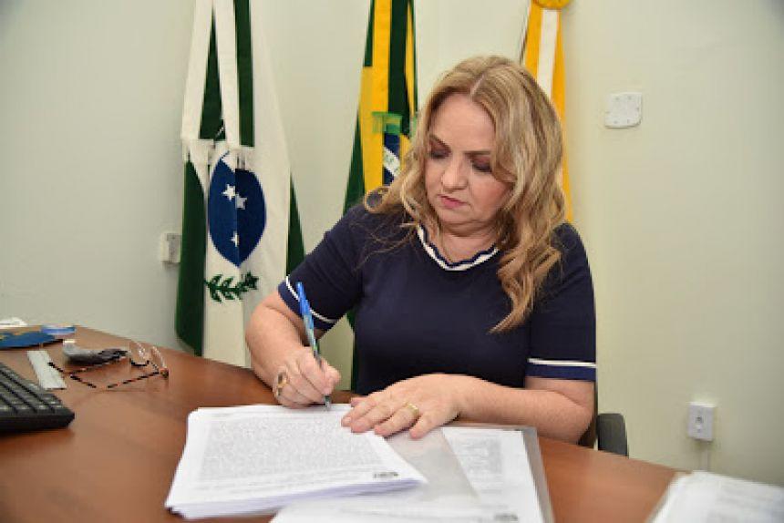 Regina assina ordem de serviço para pavimentação da Travessa Osmar Medeiros