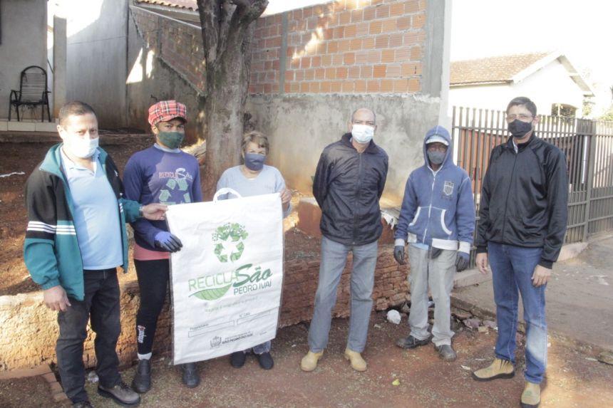 Prefeitura entrega sacos de ráfia para reorganizar a coleta do lixo reciclável