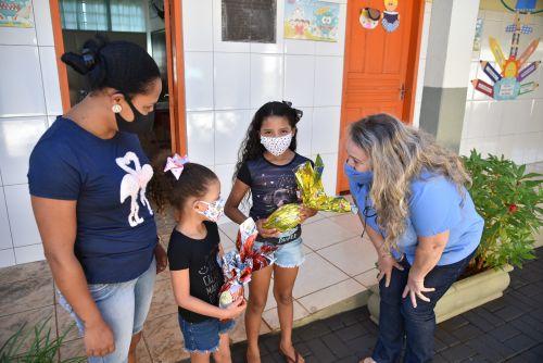 Alunos da rede municipal e da APAE de São Pedro do Ivaí recebem ovos de Páscoa