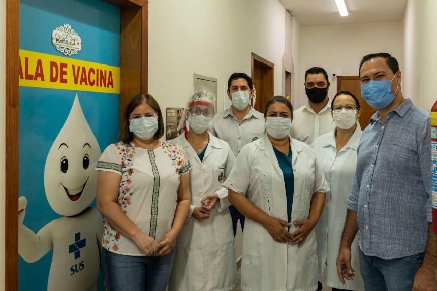 Profissional da linha de frente da Saúde recebe a primeira vacina contra a Covid-19