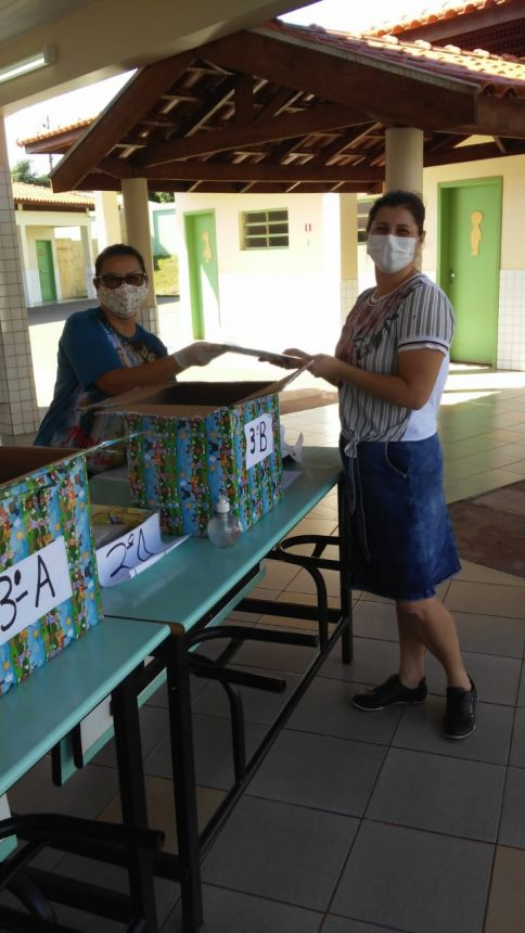 Escola Municipal Padre José de Anchieta faz entrega de atividades para pais de alunos