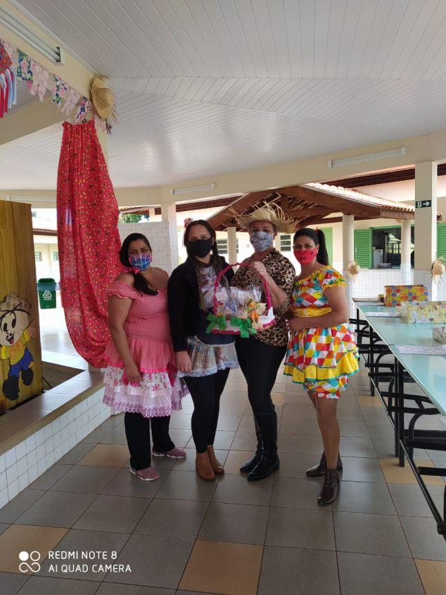 Escola Municipal e CMEI entregam doces junto com as atividades escolares em comemoração as Festas Julinas