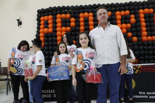 Alunos da Escola Padre José de Anchieta recebem certificados do PROERD