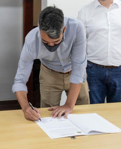 Lideranças políticas assinam contrato para instalação de energia fotovoltaica nos prédios públicos