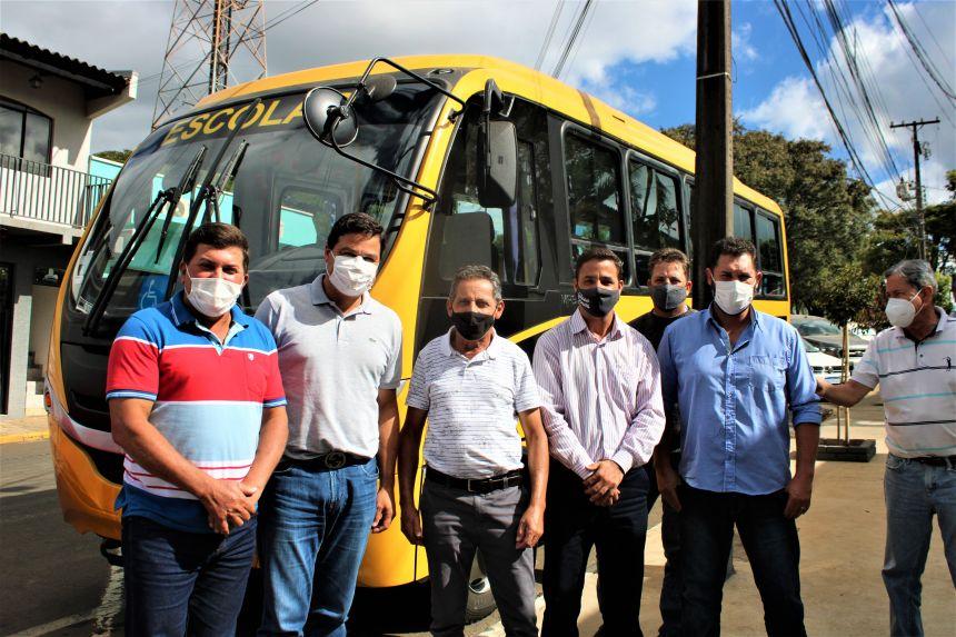 Secretário Estadual visita Ortigueira e entrega ônibus escolar