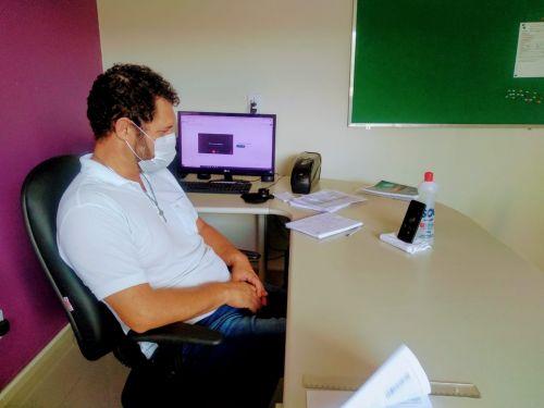 Claudio Carneiro, secretário municipal de Educação, acompanha pelo celular a reunião com professores nesta terça (2)