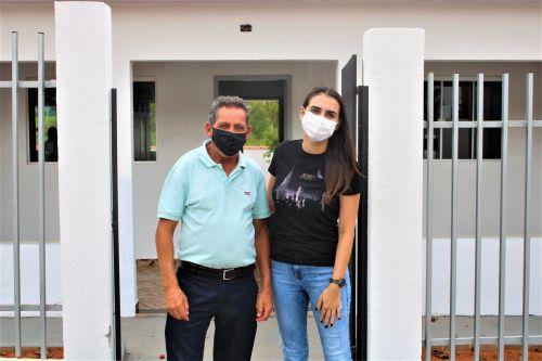 O prefeito Ary Mattos e a secretária municipal Claudia Marcondes posam para foto durante visita à Casa de Apoio.