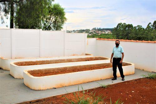 O Prefeito Ary Mattos visita a Casa de Apoio: quintal tem espaço adequado para plantação de alimentos.