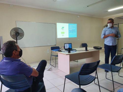 O prefeito Ary Mattos (à esq), durante reunião: