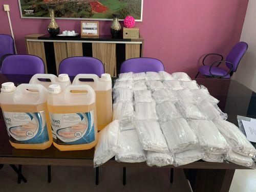 Doação do Sicredi à Prefeitura: mil máscaras e 20 litros de álcool em gel
