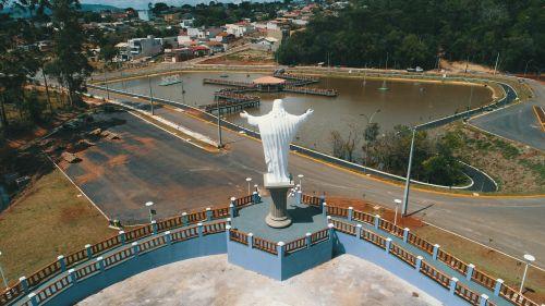 Cristo, diante do lago municipal: